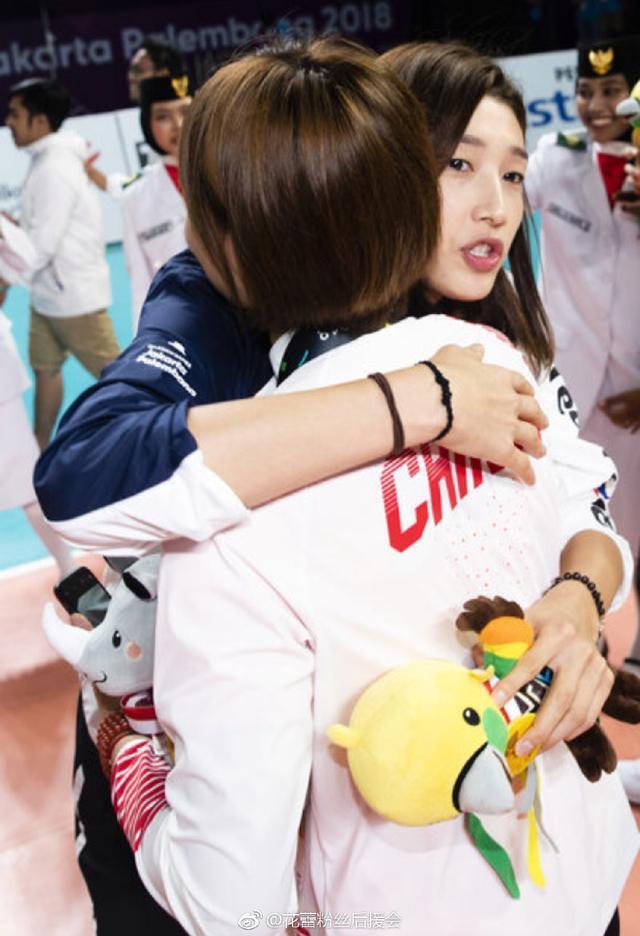 自拍+撒娇+拥抱!中韩女排两大女神有爱互动萌出天际