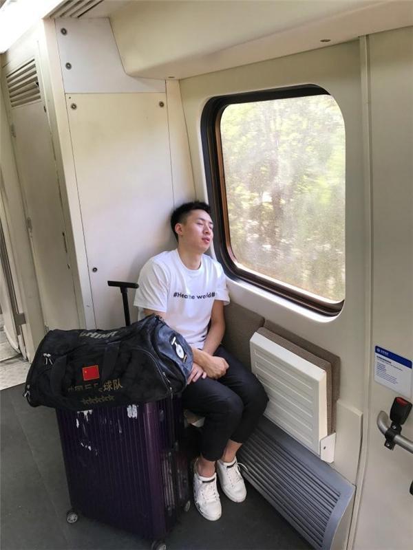国足包机参赛无缘世界杯 国乒世界冠军为国争光仍挤地铁