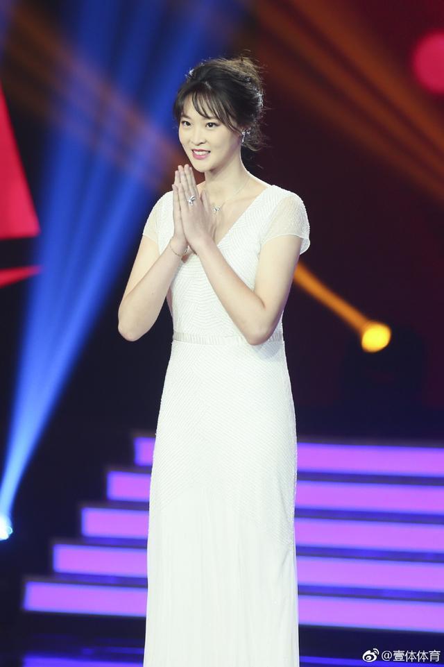 惠若琪穿紧身连衣裙秀魔鬼身材 肤白貌美惊艳央视舞台