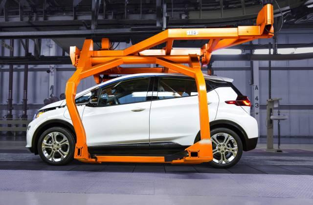 通用汽车首席执行官玛丽巴拉(Mary Barra)表示,新的重大改进包括新测试盒和先进设备,以加速公司下一代电池架构。 巴拉此前曾表示,随着下一代电动汽车平台在2021年推出,通用电动汽车业务将实现盈利。这是一个重要的里程碑,通用汽车计划到2023年在全球至少推出20款新型全电动和氢燃料电池汽车。 创造一个零事故、零排放、零拥堵的世界当然不会在一夜之间发生,但我们通往未来的旅程正在进行。现在才刚刚开始。巴拉说道。 2013年,通用汽车斥资2,000万美元,将电池研发和测试实验室规模扩大近两倍,达