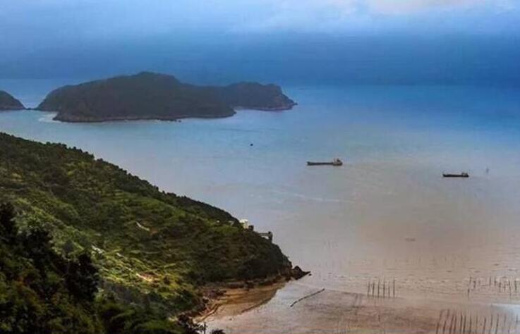岛上鸟语花香,风光秀丽,气候宜人,渔家风情浓郁,融山海景观于一体,是