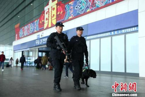 资料图:2018年春节期间,杭州铁路公安处特警队员在杭州东站巡逻。杭州铁路公安处供图