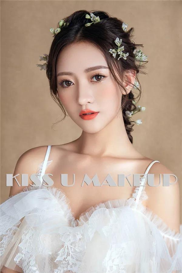 2 花朵发饰搭配纯洁白纱是新娘发饰大热的选择, 它不仅赋予新娘春夏图片