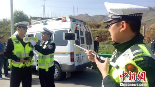 资料图:青海交警直播执法全过程。 张海雯摄