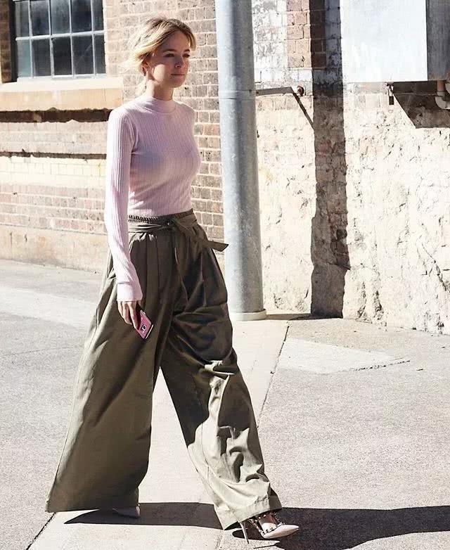 淡粉色的色调相对粉色来说,更有一种甜而不腻的感觉。今秋保暖搭配:针织衫+阔腿裤,这件紧身的淡粉色针织衫,使身材变得凹凸有致。下半身pick暗色系的阔腿裤,让你兼顾优雅与时尚。个性的绑带加上高腰的设计,突显出纤细的腰身,脚踩一双尖头的高跟鞋,打造出优雅十足的女神范! Look6: