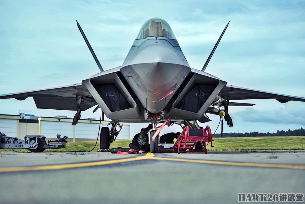 F-22如何加挂弹药?实拍美军地勤挂载训练