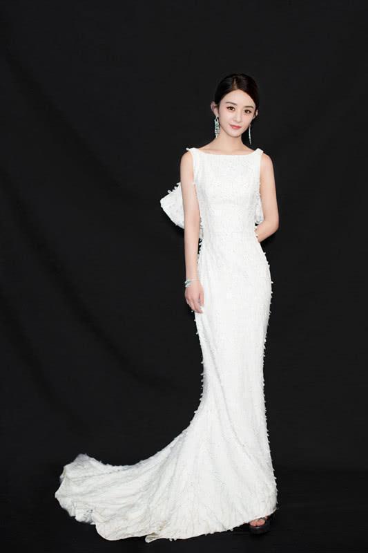 终于见到赵丽颖了穿这条白色裙子又性感又美再也不是土丫头!