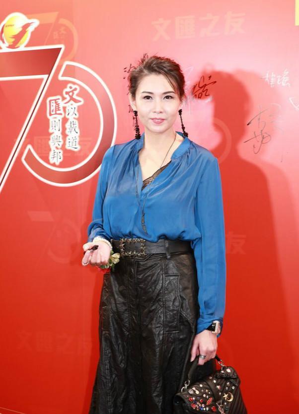 和王晶相恋,3次提名影后,50岁邱淑贞为家庭息影