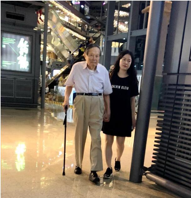 杨振宁和太太牵手逛街很恩爱,翁帆还被说长胖了