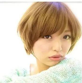 圆脸短发烫发发型四:波波头烫发效果后,头发变得虽短却有个性,修饰着图片