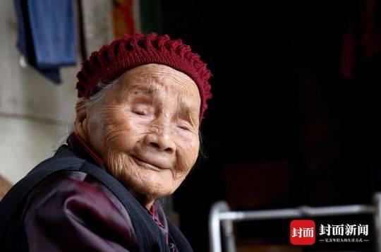 """成都""""最牛00后""""庆生:118岁高寿,六世同堂_凤凰资讯"""