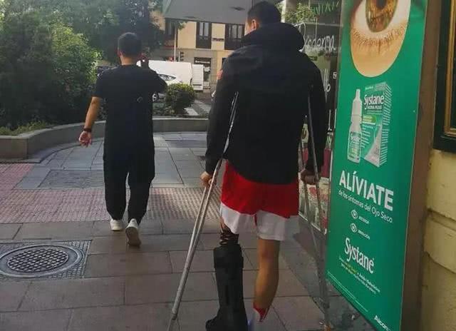 赵继伟已能拄双拐走路渴望回归 郭士强却劝他不要急?