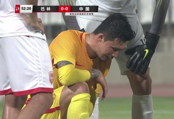 张琳芃后场拿球无人来接 强行突破被踢伤+提前离场