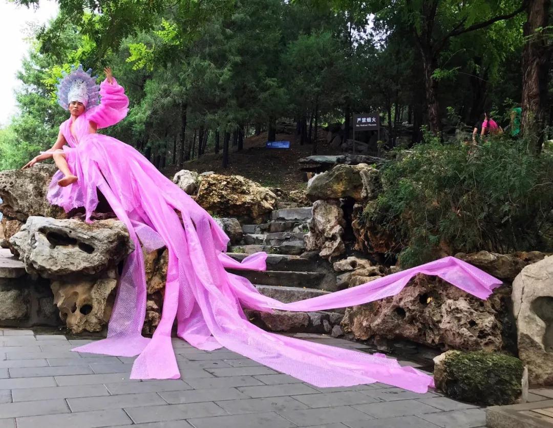 这位名叫@yunfengwan 的中国彩妆艺术家,发型师和行为艺术家,应该是