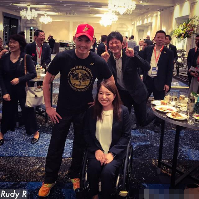 林丹在日本参加欢迎派对人气爆棚 遭陌生男子蹭合影