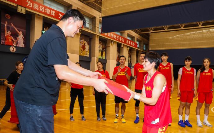篮协赠予中国女篮球员及教练团队专属荣誉外套