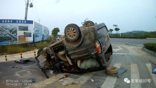 ▲事故面包车翻车倒立。视频截图