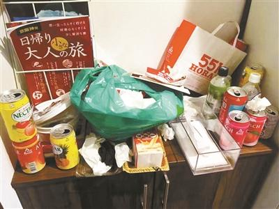 喝空的易拉罐和吃过的泡面丢弃在柜子上