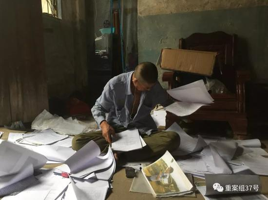 ▲9月5日,梁超的父亲在家整理多年来的案件资料。新京报记者赵朋乐摄