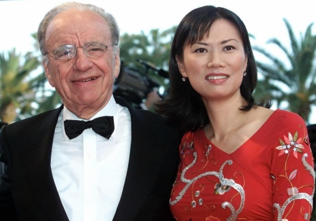 50岁邓文迪亮相时装周 穿紫色西装神采依旧