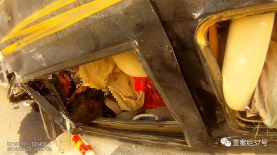 ▲事故面包车内人员被困情况。视频截图