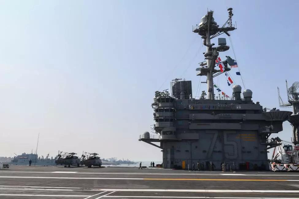 【海洋防务快讯】美F-35C在亚伯拉罕·林肯号航母上进行测试