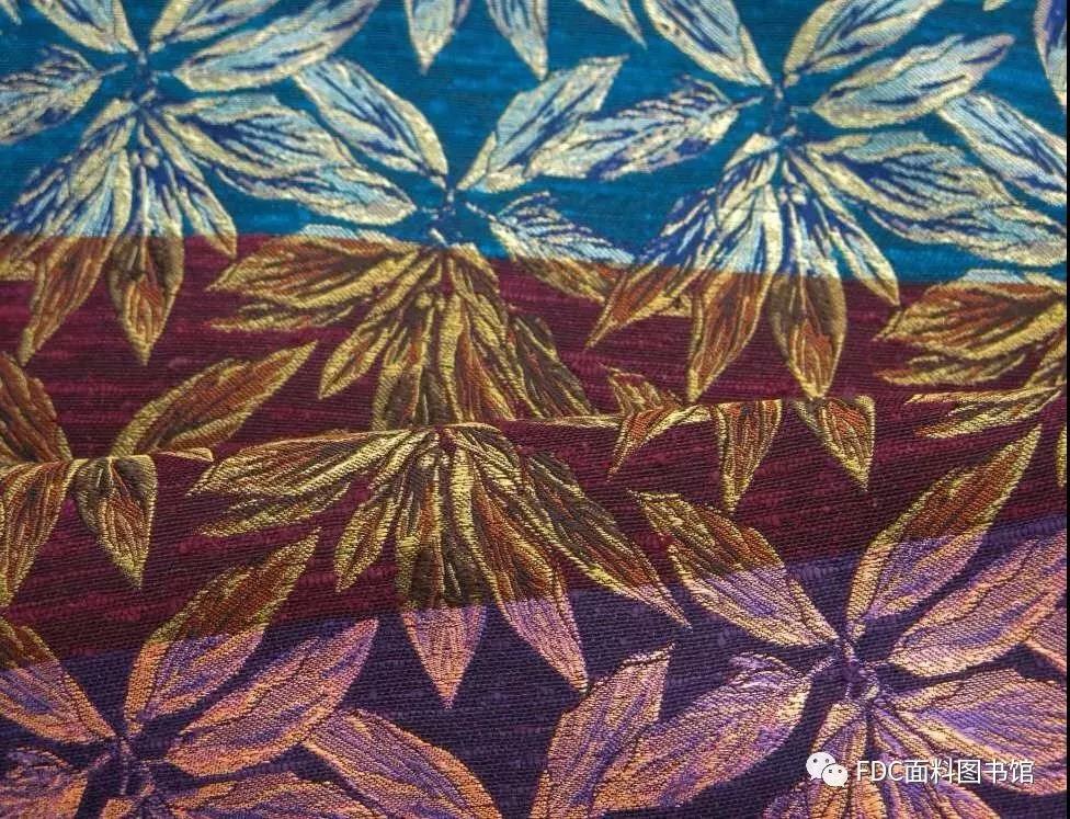 > 正文   受到由传统手工艺编织的平纹地毯影响,外套,夹克等男装单品