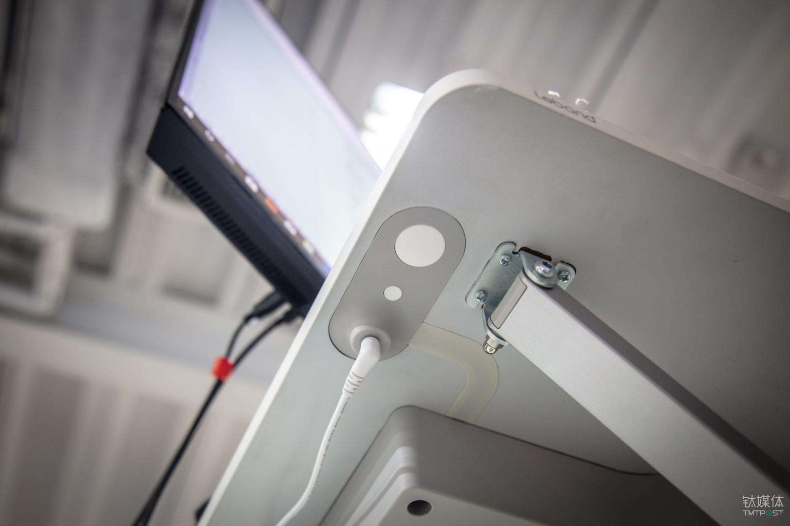 台面下方的操作按键及电源插口