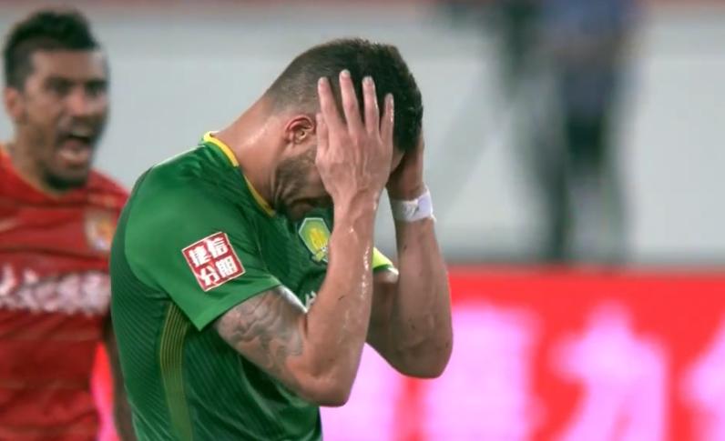 恒大门神扑出巴西国脚的点球!队友犯错他来救赎,双方击掌相庆