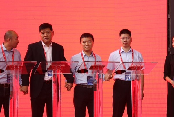 右一:国美通讯智能终端事业部总经理张志勇