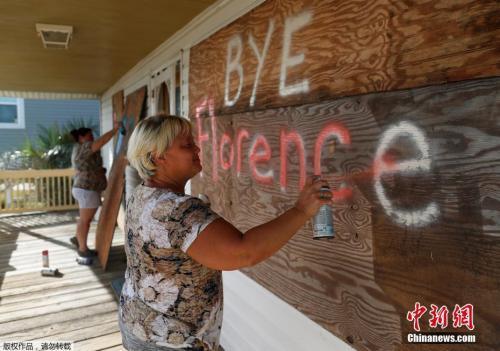 """当地时间9月12日,美国北卡罗来纳州橡树岛,当地民众在进行飓风""""佛罗伦斯""""到来前的准备工作。"""