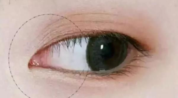 2,用眼线液笔沿着上眼皮眼角的走势,稍稍向内拉长画一条直线,下眼头