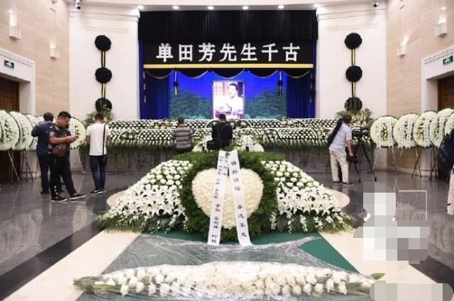 单田芳追悼会:花圈摆满通道两侧,候耀华携弟子敬挽