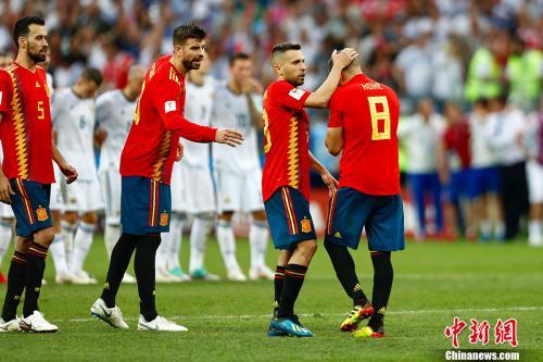资料图:耶罗麾下的西班牙队在今年世界杯1/8决赛惨遭淘汰,图为黯然离场的西班牙球员。a中新社/a记者 富田 摄