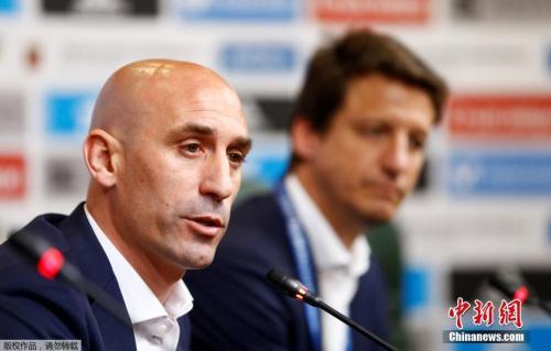 资料图:西班牙足协主席卢比亚莱斯出席发布会,宣布解雇时任教练洛佩特吉。