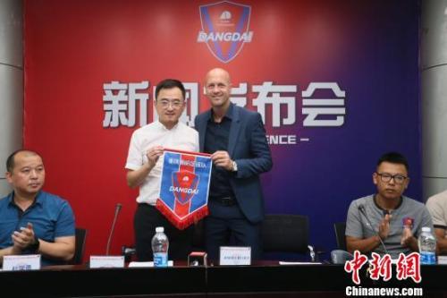 资料图:小克鲁伊夫正式成为重庆斯威俱乐部主教练,从郝海涛手中接过指挥棒。钟欣 摄