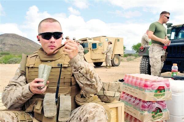 叙利亚战场惊现外卖,大兵边开枪边打电话:老板你快点!