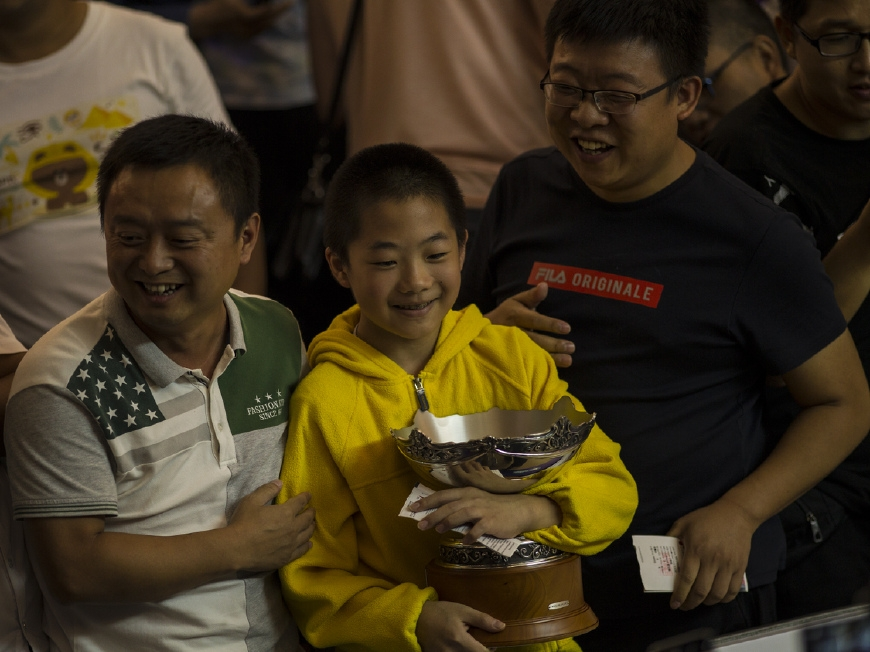 冠军奖杯当场赠与小球迷 奥沙利文盼留住少年观众的心