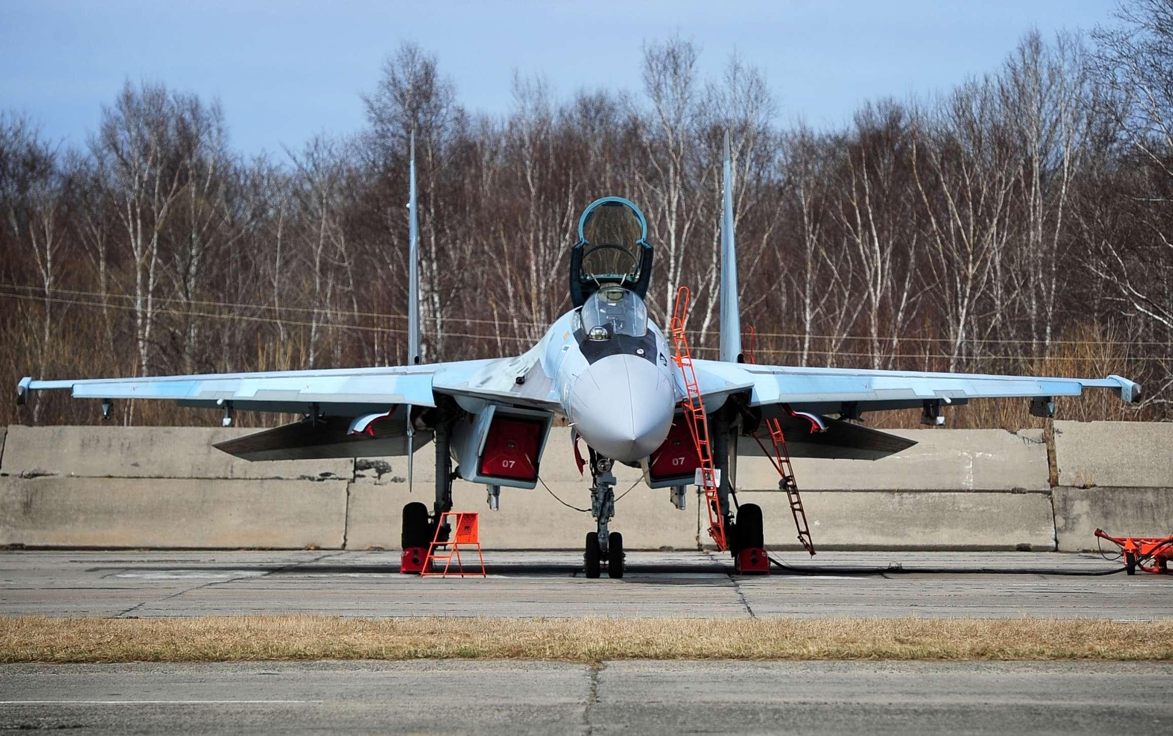 图95搭档苏35逼近美国 F22紧急起飞拦截