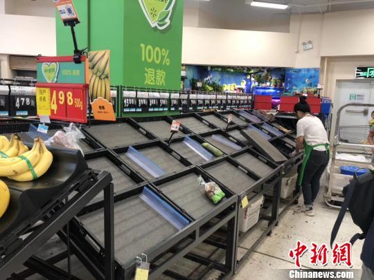 图为16日,南宁一家沃尔玛超市内被购空的果蔬菜架。 钟建珊摄