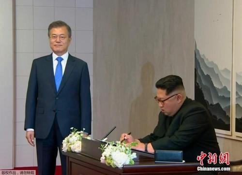 """首次""""金文会"""",朝鲜最高领导人金正恩在""""和平之家""""题字。"""
