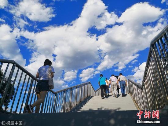 资料图:北京石景山区上空,呈现蓝天白云美景。 图片来源:视觉中国