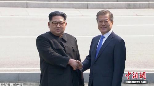 资料图:2018年4月27日,朝鲜最高领导人金正恩从板门店跨越军事分界线,与韩国总统文在寅握手,实现初次会面。(视频截图)