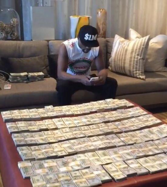他一场比赛收入2亿美金,用钱铺床,豪车飞机酒吧撒钱,疯狂炫富