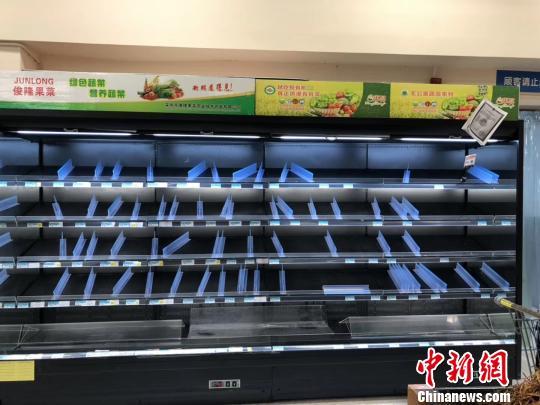 图为16日,南宁一家沃尔玛超市内被购空的果蔬菜架。 钟欣摄