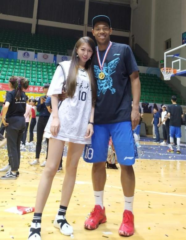 活得滋润!中国黑人混血篮球高手找到漂亮女友,如今又上节目赚钱
