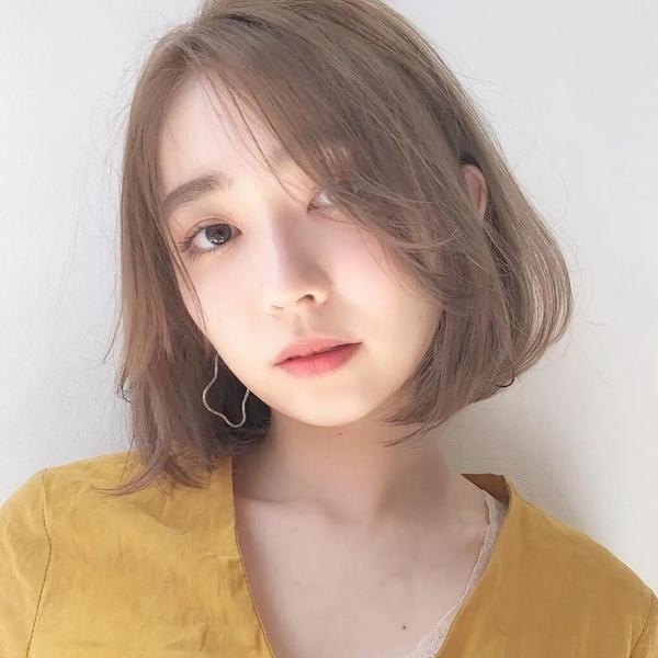 首推这款韩式风格的短发烫发发型,头发中分从发根处5厘米处有弧度微微图片