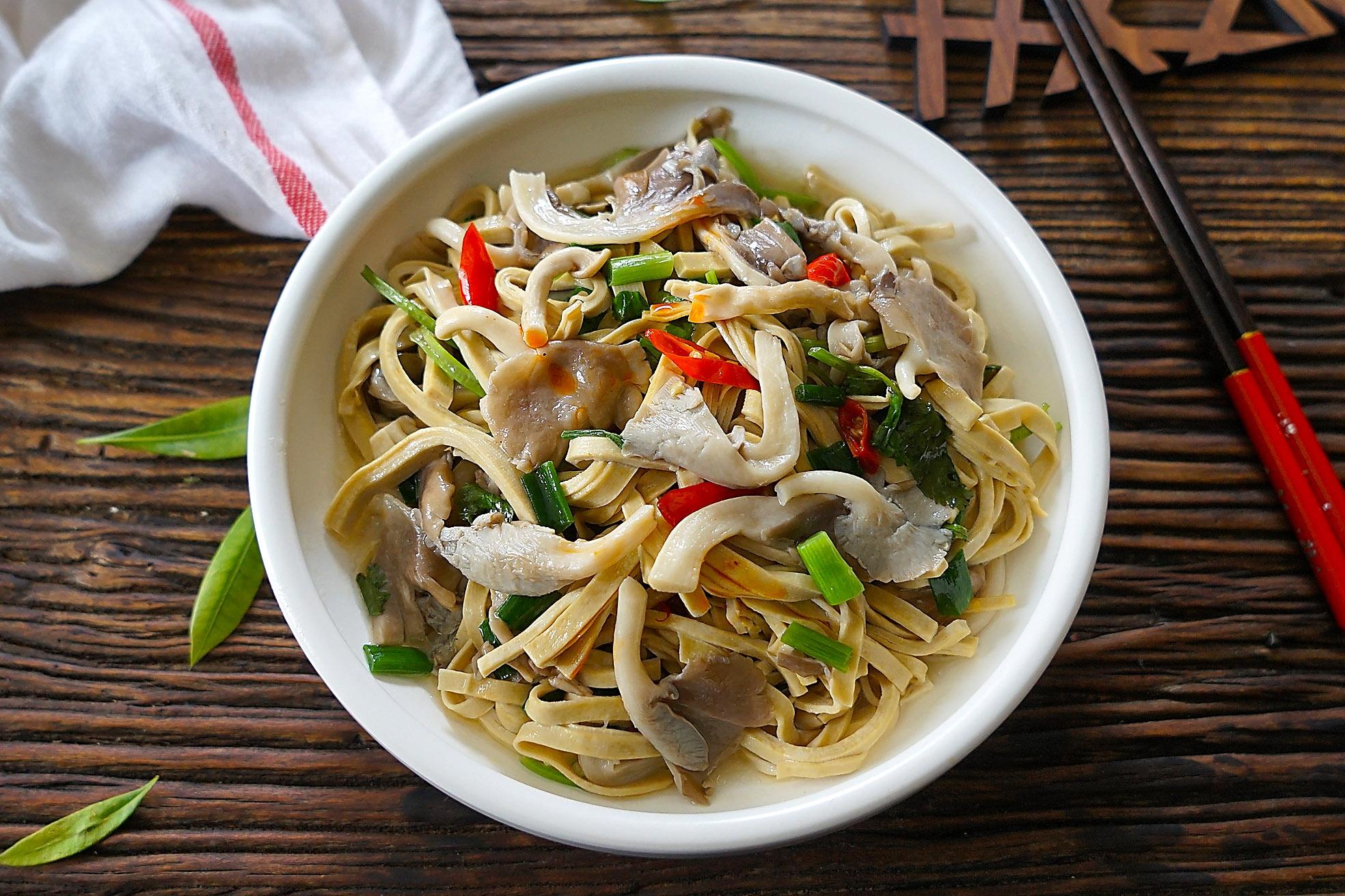 用它和平菇简单炖一炖,暖胃又提高免疫力,入秋龙虾腌啤酒图片