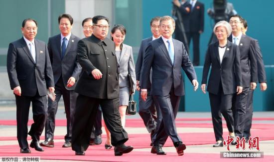 当地时间4月27日上午9时30分(北京时间8时30分),朝鲜最高领导人金正恩从板门店跨越军事分界线,与韩国总统文在寅握手,实现初次会面。