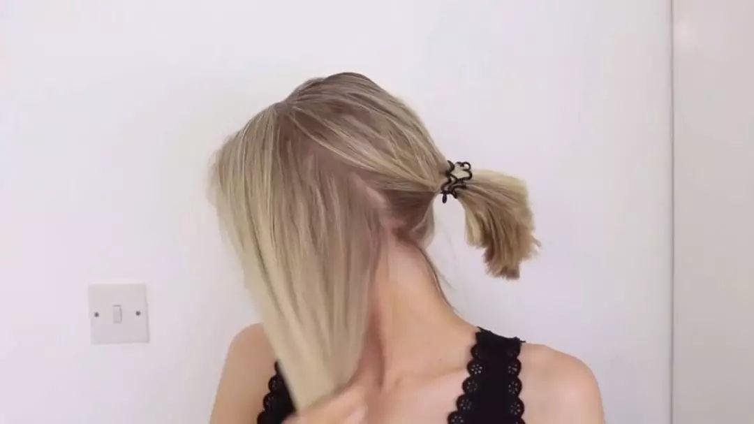 头发的编法和蜈蚣辫的方式一样,每编进去一缕都要加入两边的头发,一直
